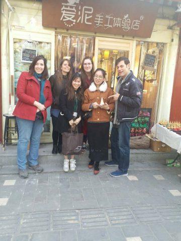 Alana og venner utenfor en tradisjonell butikk i Beijing