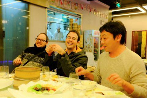 Lærer og to elever spiser dumplings på en restaurant i Shanghai