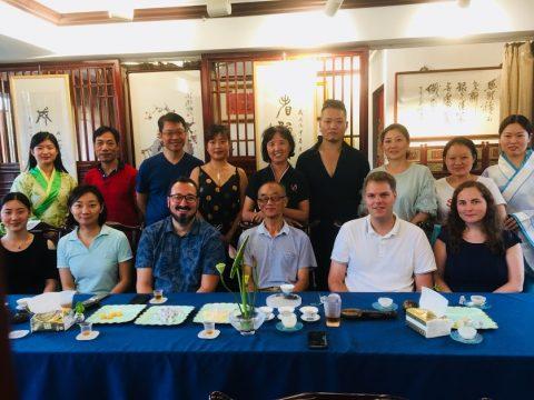 George og klassekameratene på en te-seremoni i Kina