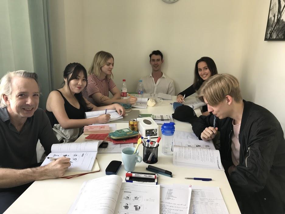 Adam sammen med fem andre elever i klasserommet i Shanghai