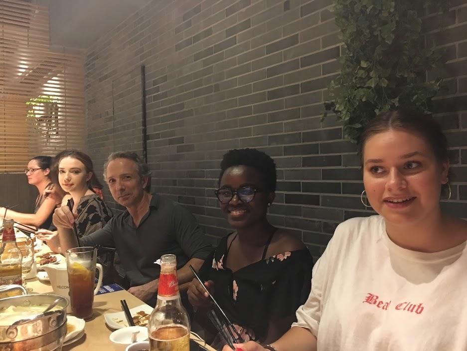 Adam spiser middag sammen med elever og lærere fra LTL Shanghai