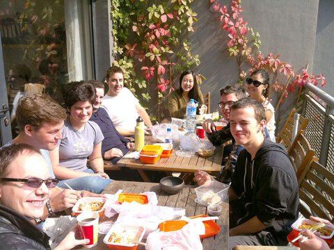 Elever spiser lunsj sammen på LTL Beijing