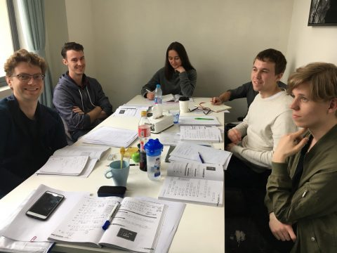 Kinesiskundervisning i Taipei seks elever i klasserommet