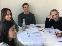 Fire elever i klasserommet, gruppeundervisning i Taiwan