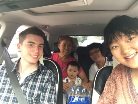 Elev og vertsfamilien i Chengde sitter alle bilen