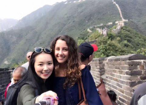 Jasmine og en lærer er på den kinesiske muren sammen