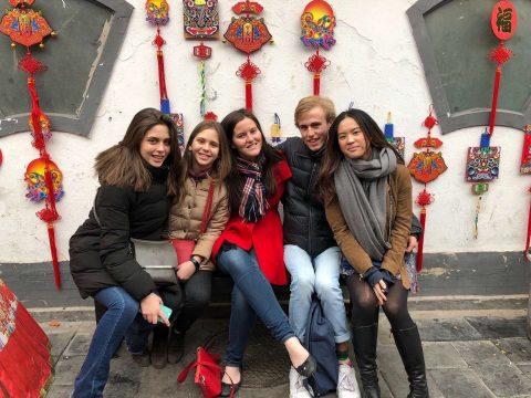Fushu fra Italia i Beijing sammen med klassekamerater