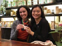 Callie sammen med venninne på kafe i Shanghai