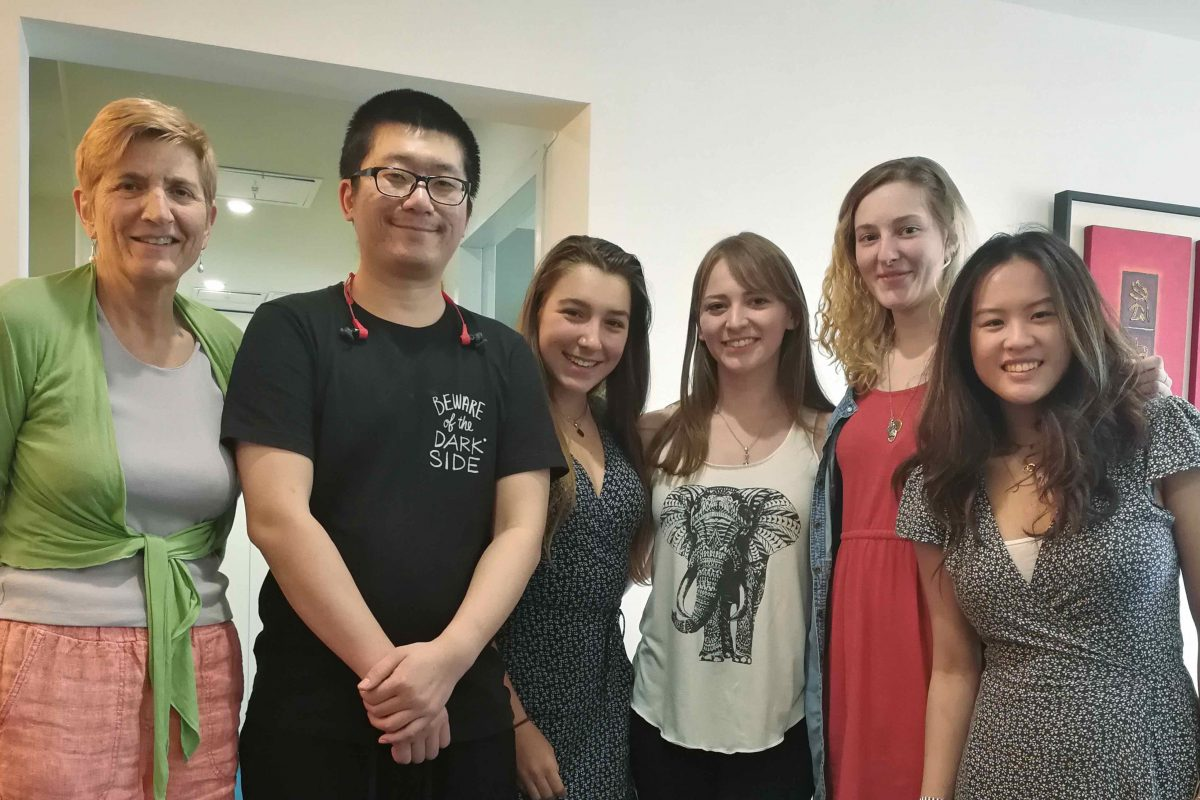 Tatjana, lærer FElix og andre elever sammen i vrimle-området på LTL Beijing