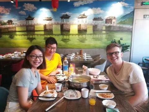 Zander spiser lunsj i Beijing sammen med Beijing-teamet
