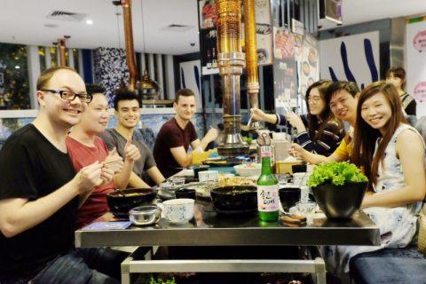 Elever og ansatte spiser koreansk BBQ sammen