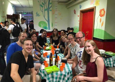 LTL ansatte og elever spiser middag sammen