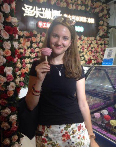 En elev kjøpte iskrem i en hutong
