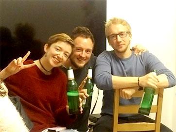 Tre elever sammen på filmkveld