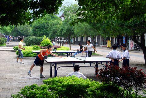 Ping pong spill i en park i Beijing