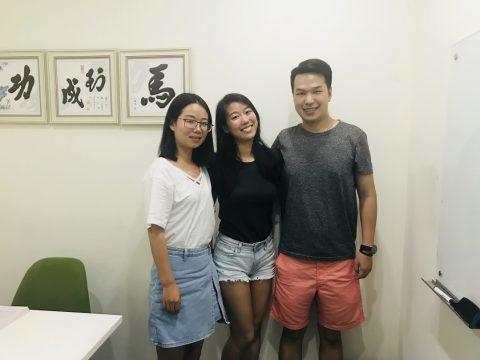 Priscilla med to av sine lærere i klasserommet i Shanghai