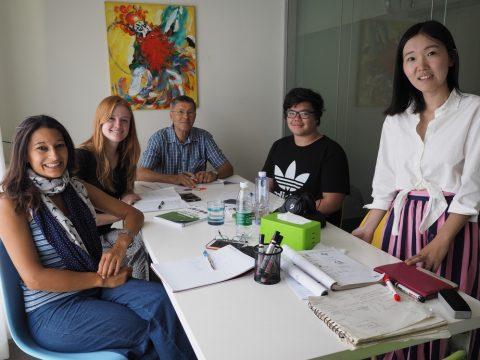 Klasserom i Beijing med fire elever og lærer Lucy