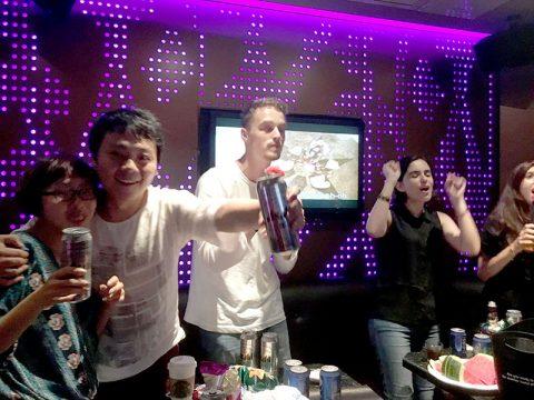 Elever og lærere synger karaoke sammen