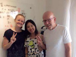 Lærer Lucy i Beijing sammen med sine elever