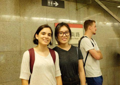 Maria med venner på t-banen i Shanghai