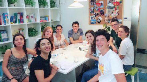 Ti elever sitter sammen i vrimleområdet på LTL Shanghai
